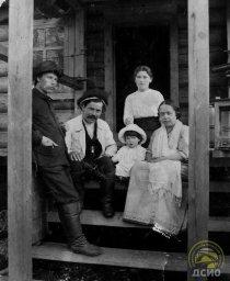Дорожный техник Валуев Н. Г. с семьёй