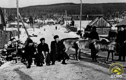 На фото 60-х годов - способы передвижения работников .